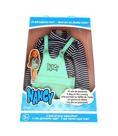 Nancy-Un-Dia-de-Pasarela-Camiseta-de-Rayas-y-Peto-Vaquero